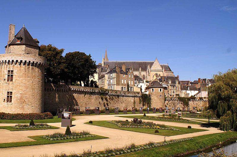 Vue des jardins et des remparts de la ville de Vannes
