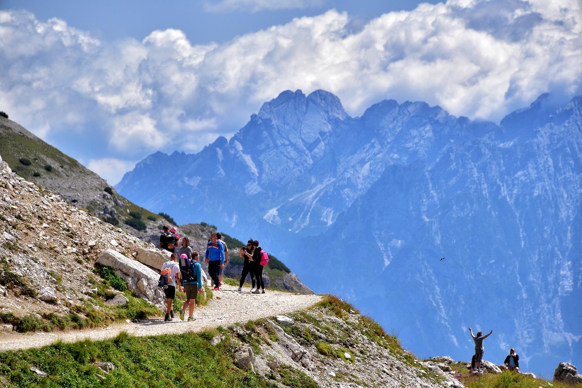 Sentier de randonnée à la montagne au bord d'une falaise